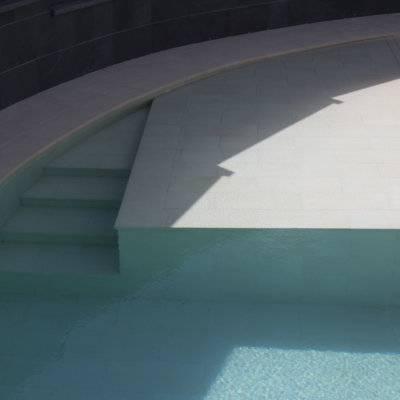Playa húmeda junto a la escalera