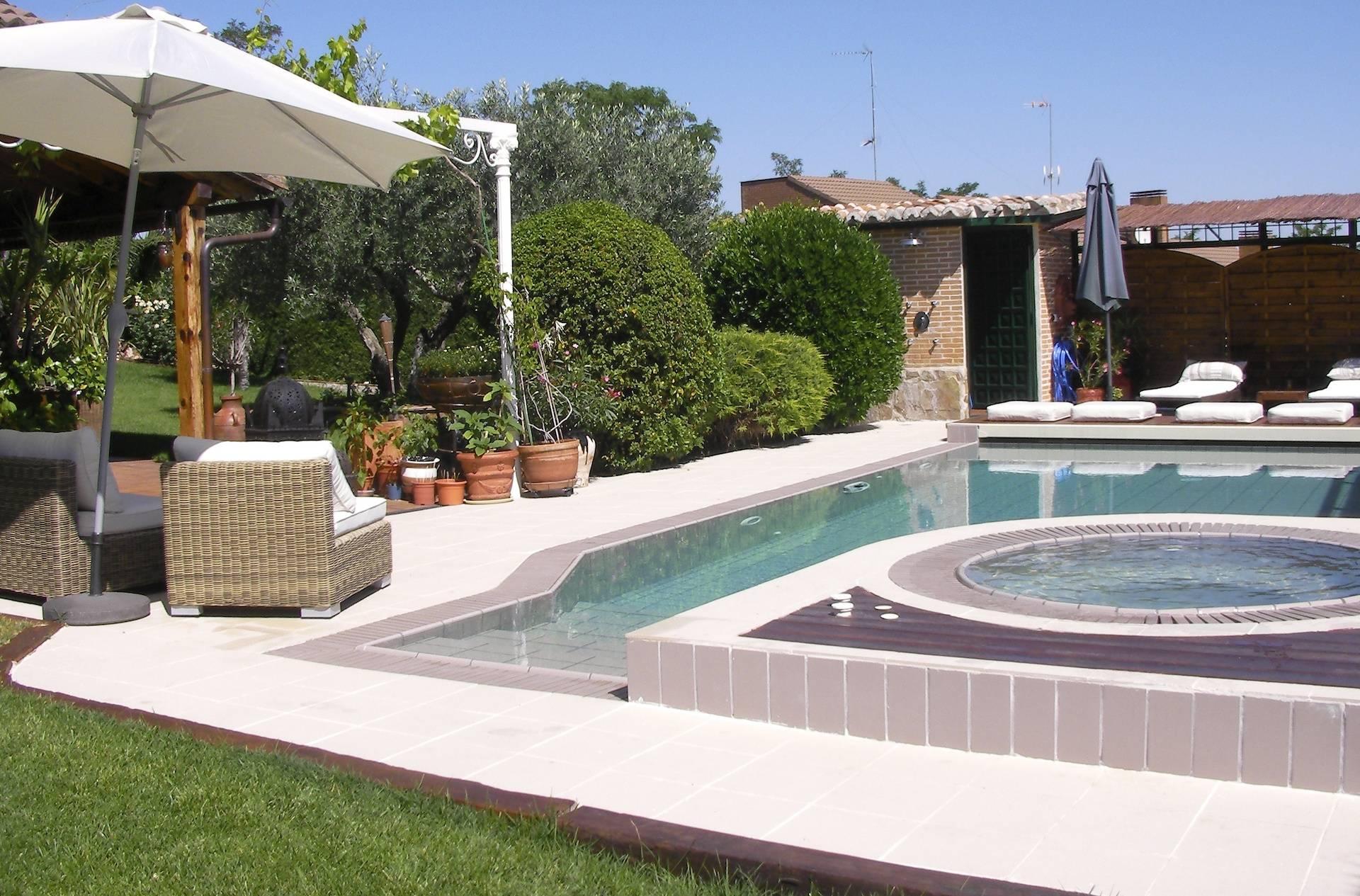 Construcción de piscina desbordante y spa