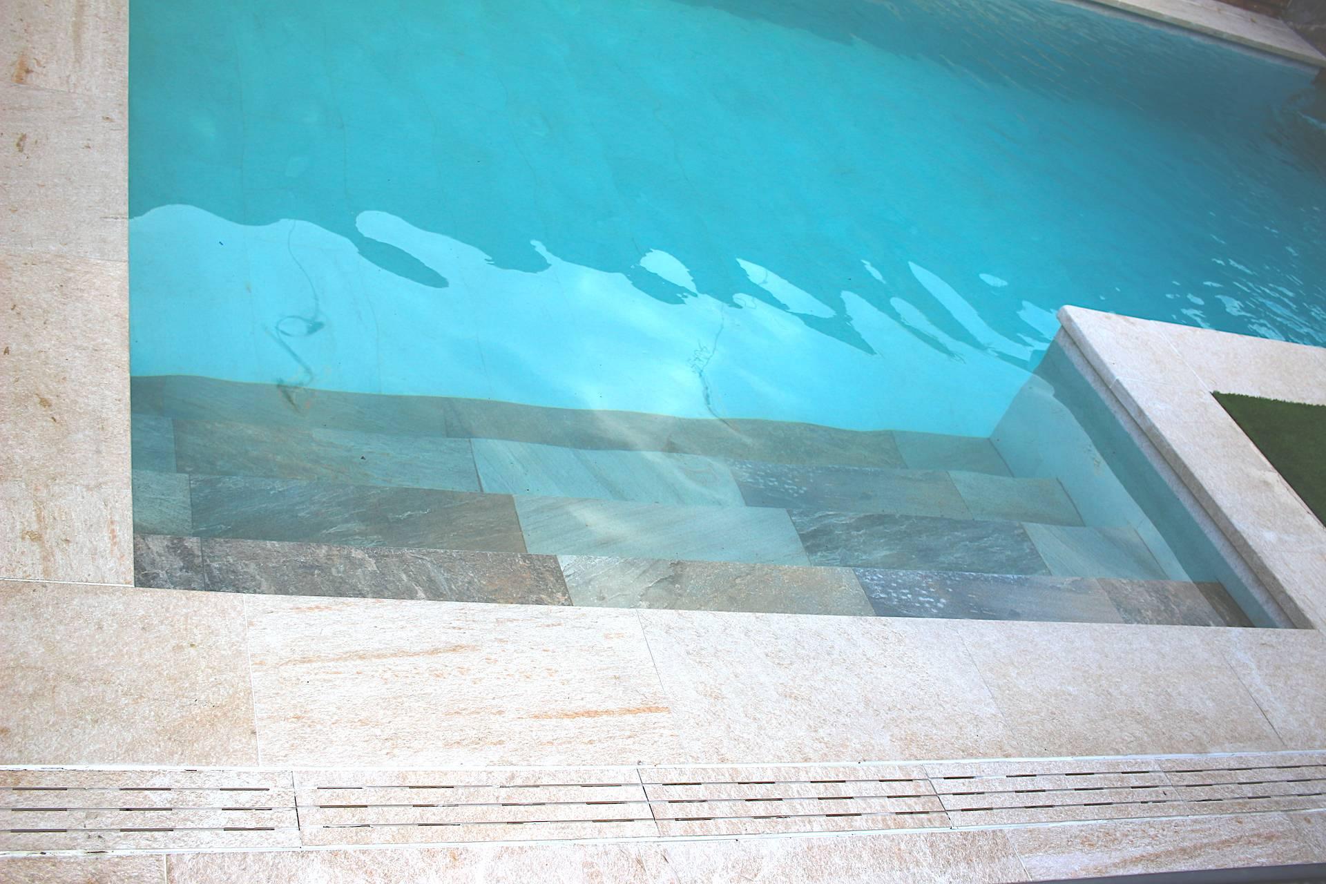 Escalera de obra en piscina porcelánica