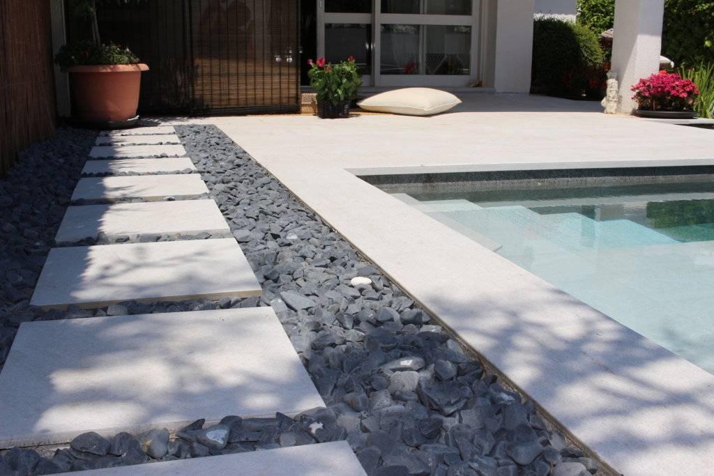 Detalle de jardín zen junto a piscina