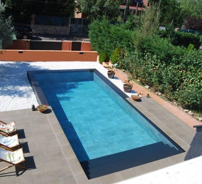 Diseño exclusivo de piscina desbordante alargada