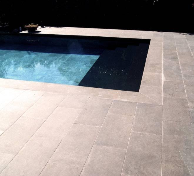 Escalera de obra en ancho de piscina, cómoda y elegante