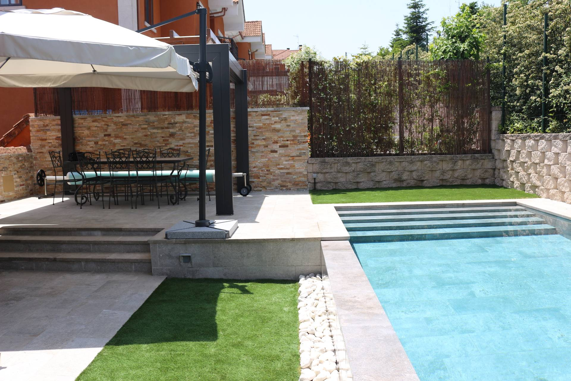 Zona de estar junto a piscina