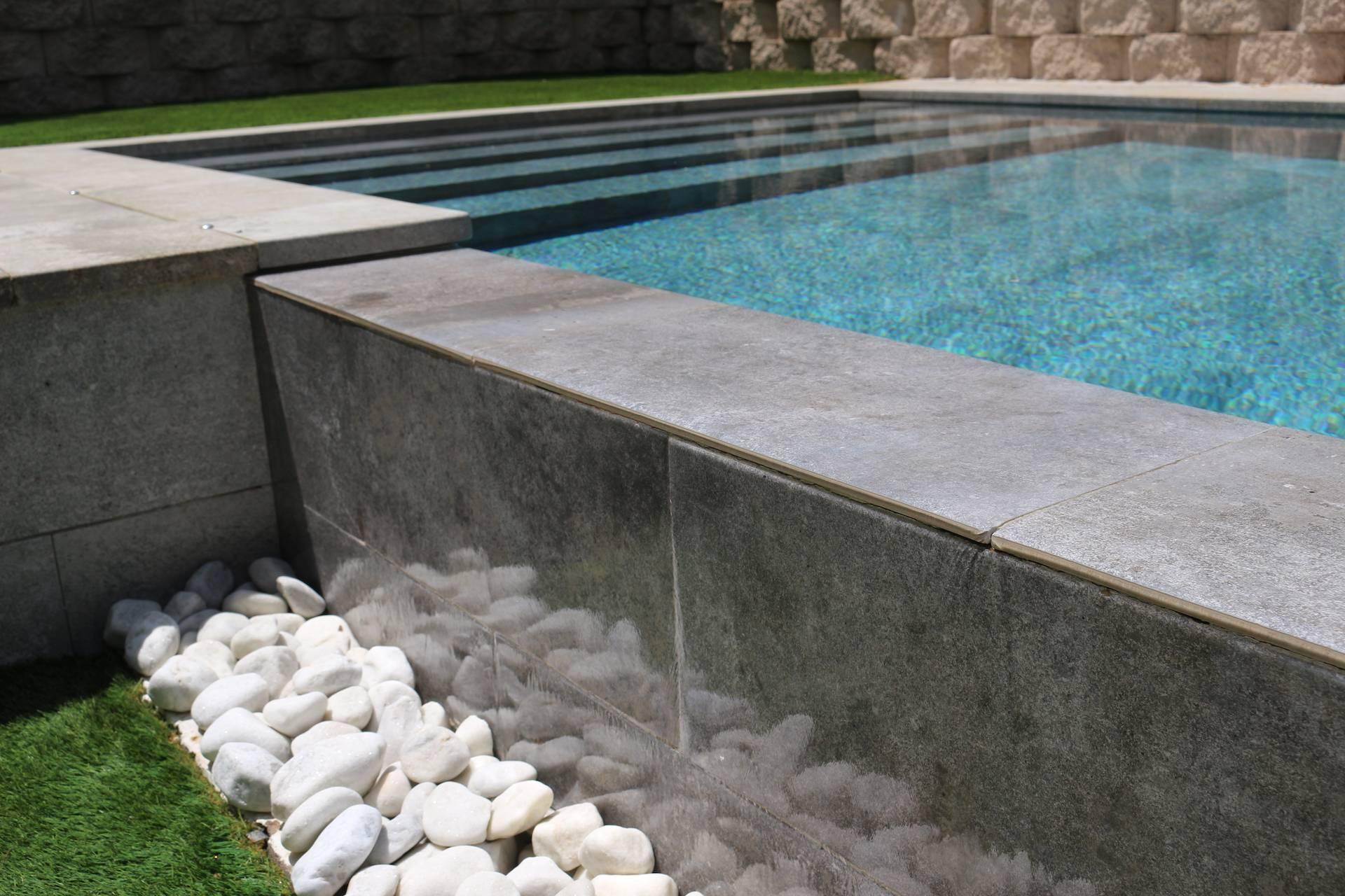 Detalle desborde piscina infinita