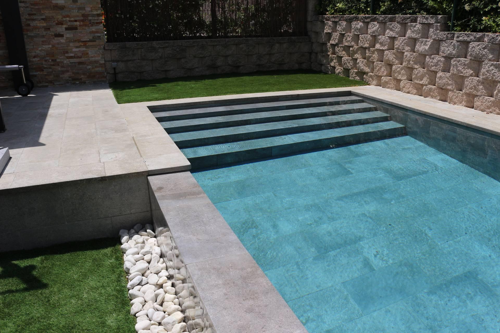 Construcción de piscina con escalera en todo el ancho