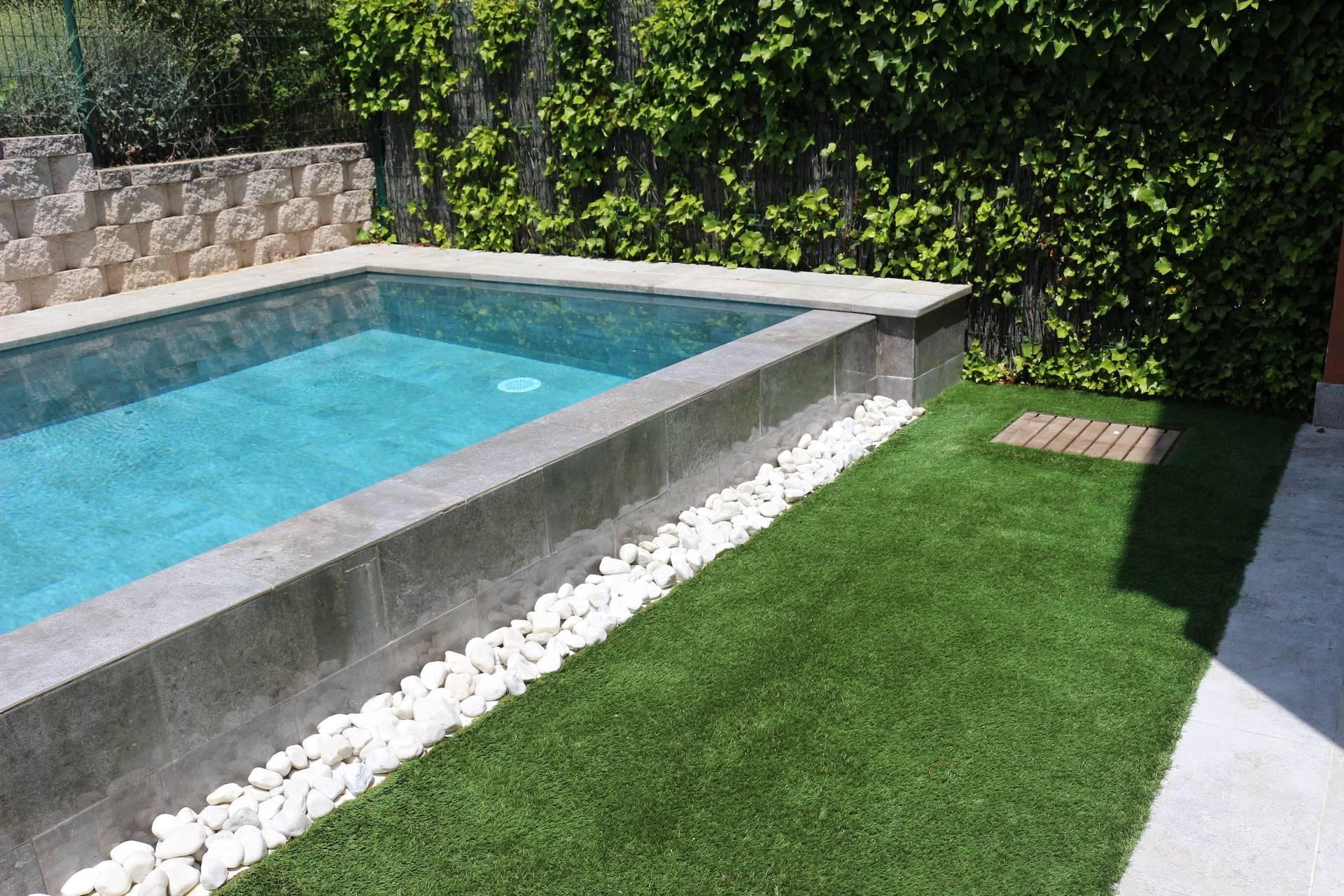 piscina desbordante sobre bolo blanco,