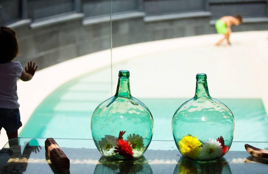 Piscina desbordante con forma curva piscinas oscer - Piscina ajalvir ...