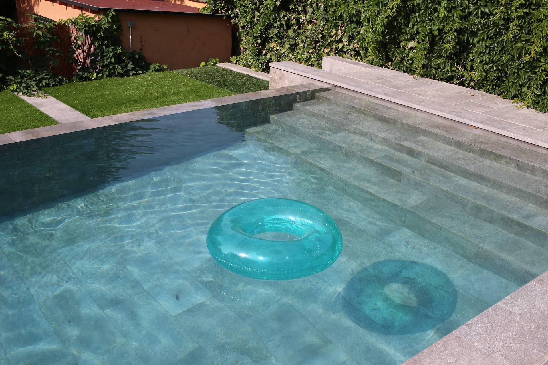 Lateral de piscina desbordante porcelánica salina