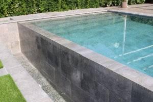 Desborde de piscina sobre pileta efecto fuente.