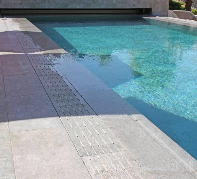 detalle piscina desbordante con rejilla transversal