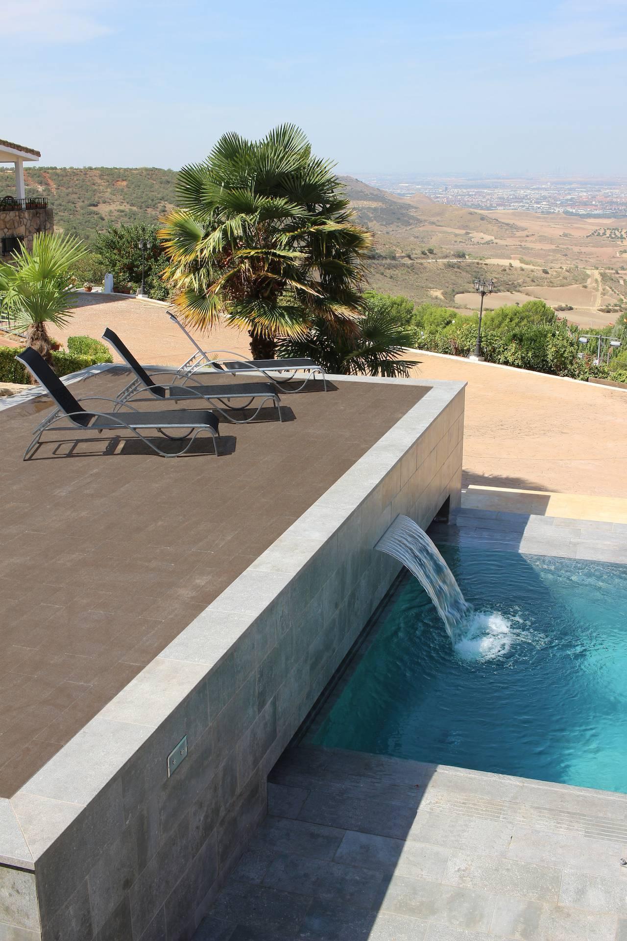 Piscina desbordante mistery blue stone piscinas oscer - Piscina ajalvir ...