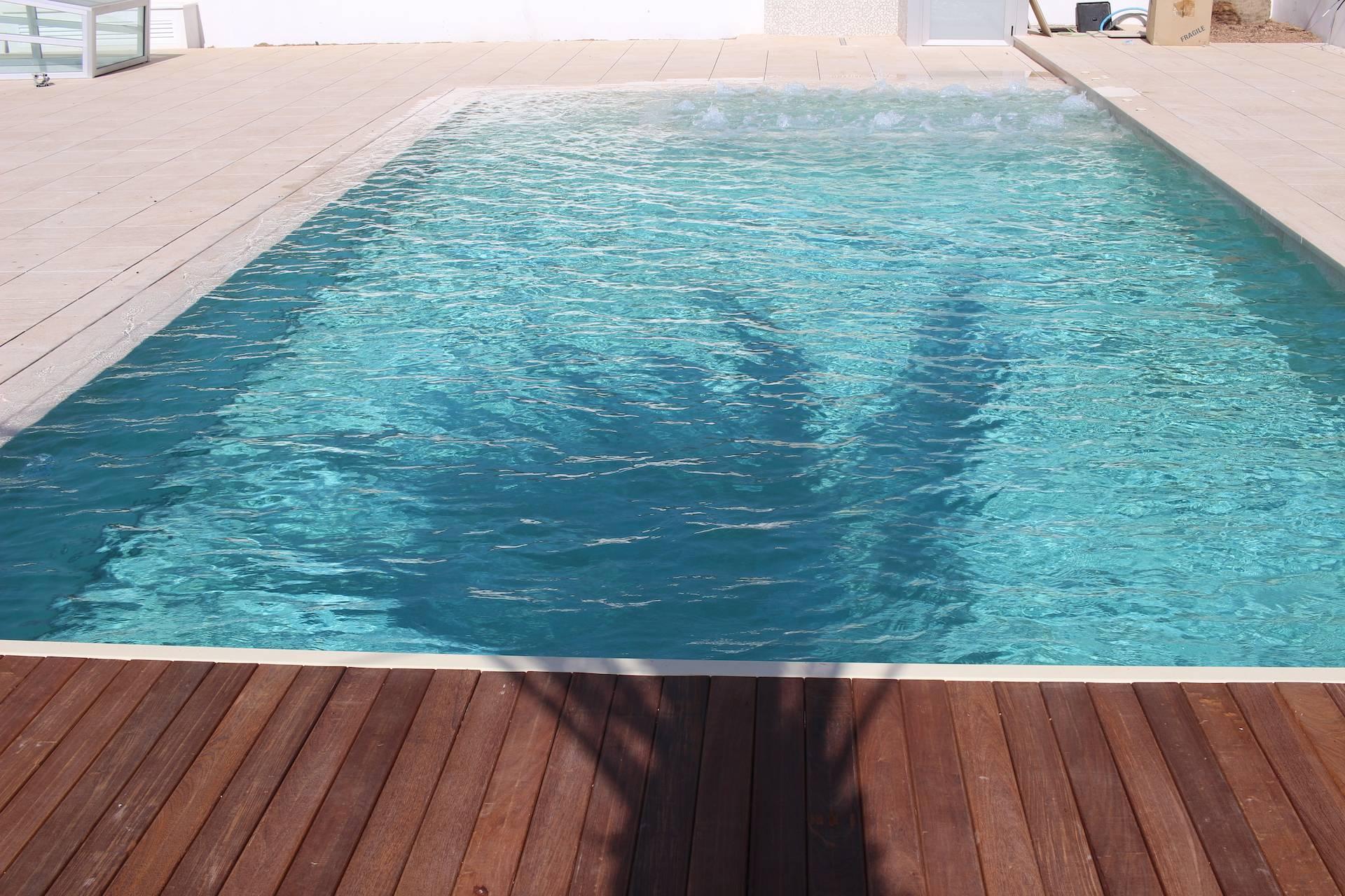 Piscina desbordante de líneas rectas moderna y minimalista.