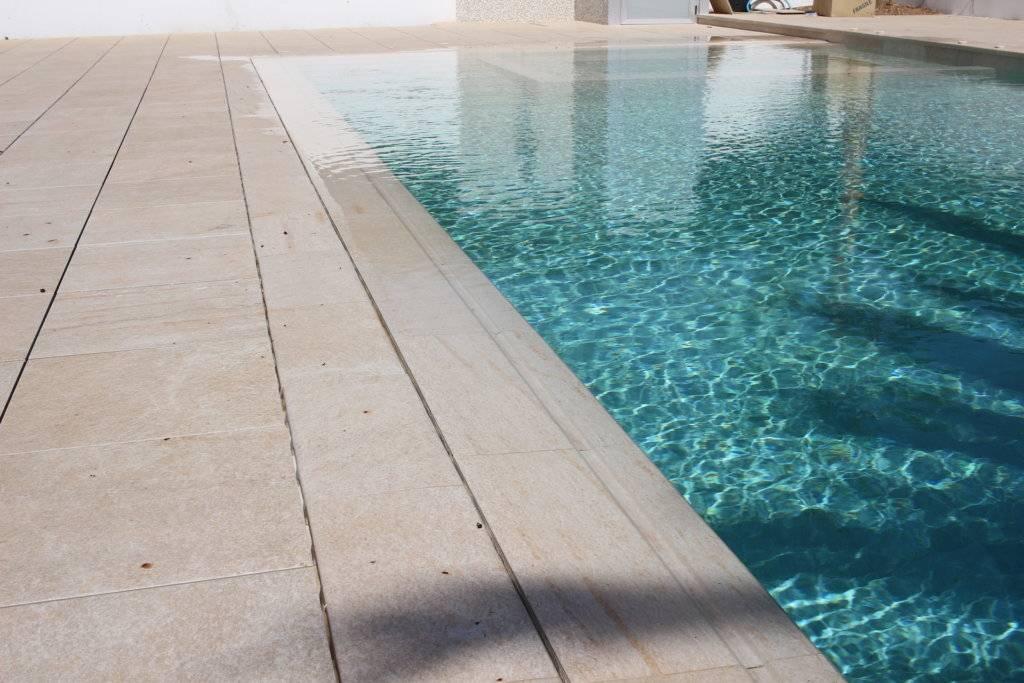 12 piscinas porcel nicas para elegir el color del agua for Constructores de piscinas