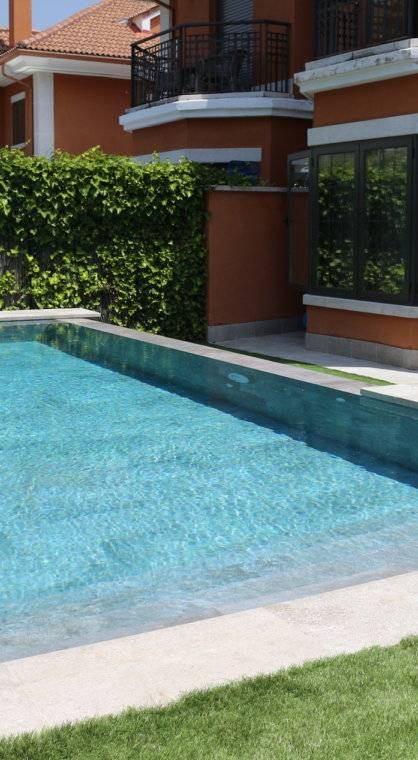 Piscina con lateral infinity.