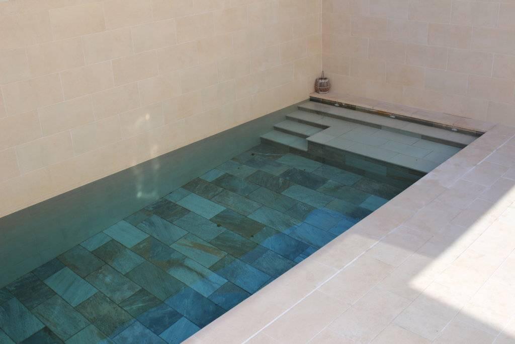 Pequeña piscina de obra con revestimiento porcelánica