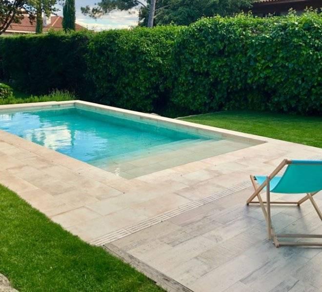 Piscina integrada en jardín y entorno.