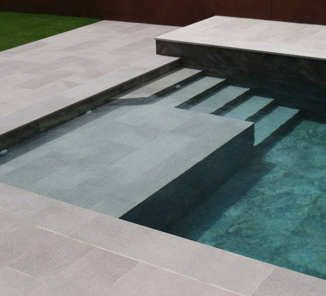 Detalle de escalera de obra con zona de cama con 20cm de agua