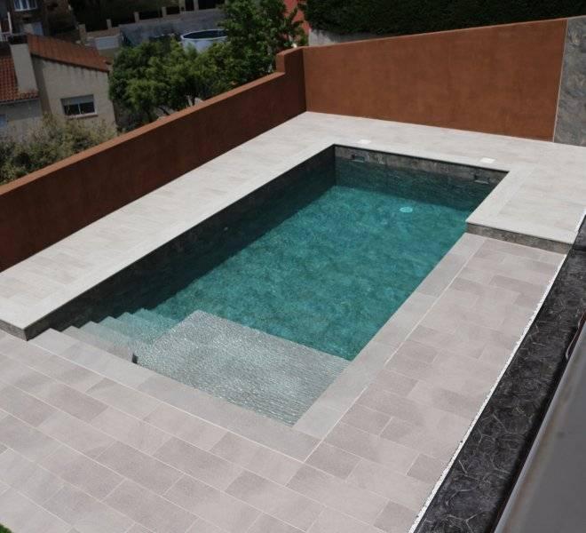 Construcción de piscina privada con revestimiento porcelánico de Cerámicas Mayor