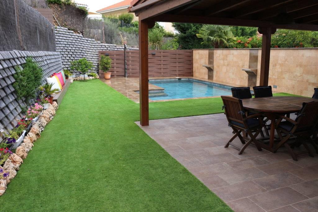 Jardín con piscina salina porcelánica