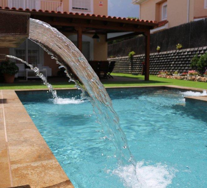 Cascadas de piscina con zona de spa en escalera