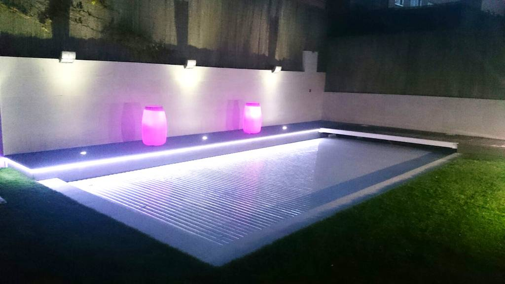 Piscina con persiana sumergida y tiras de luces led.