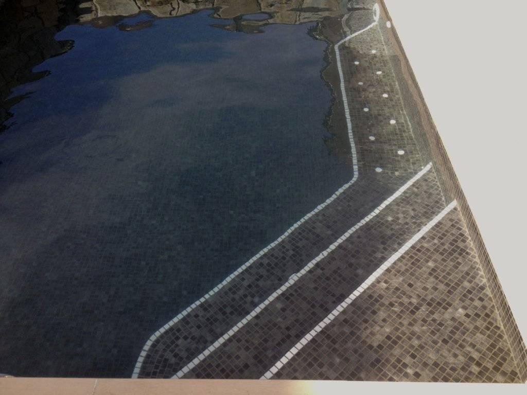 Construcción de banco en piscina con instalación de chorros de aire a modo de spa
