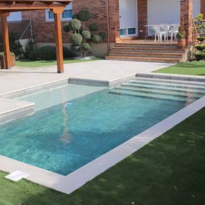 Escalera en ancho de piscina
