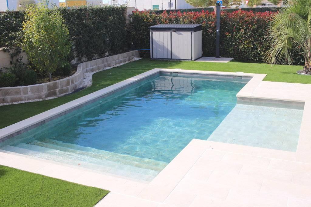 Estudio paisajístico de jardín con piscina