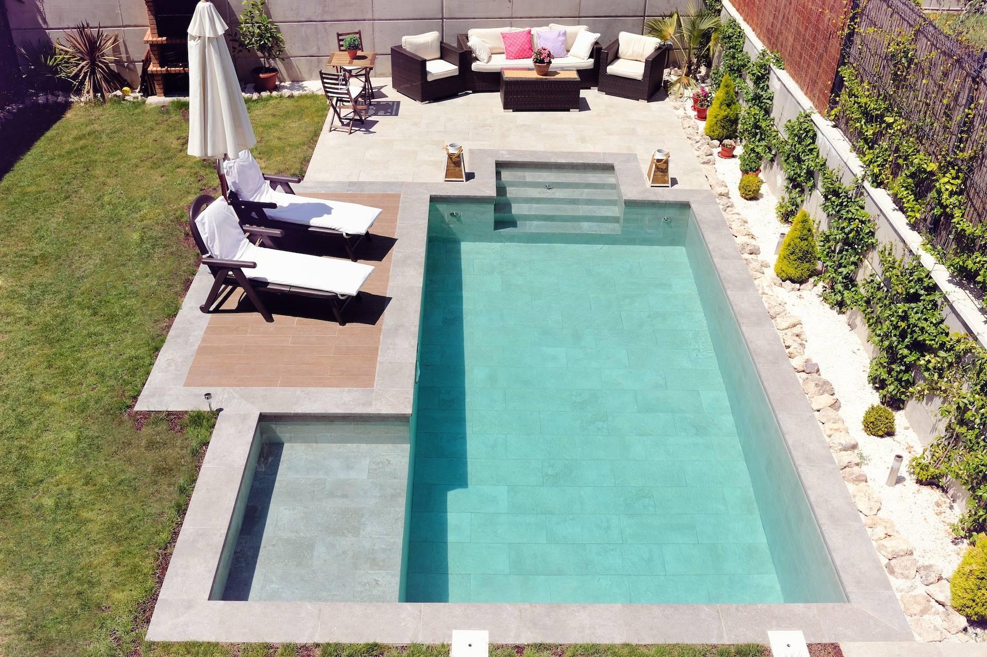 Jardín con piscina y zona chillout