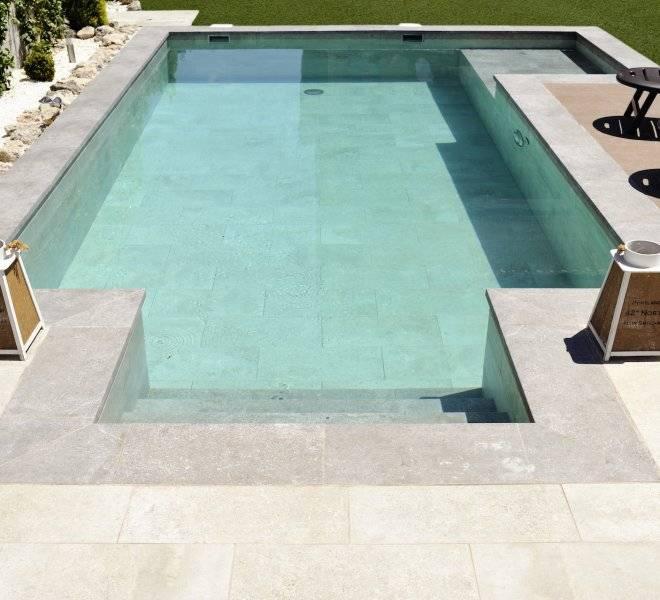 Construcción de escalera de obra en piscina de diseño