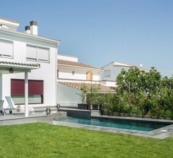 Construcción de piscina alargada de estilo minimalista