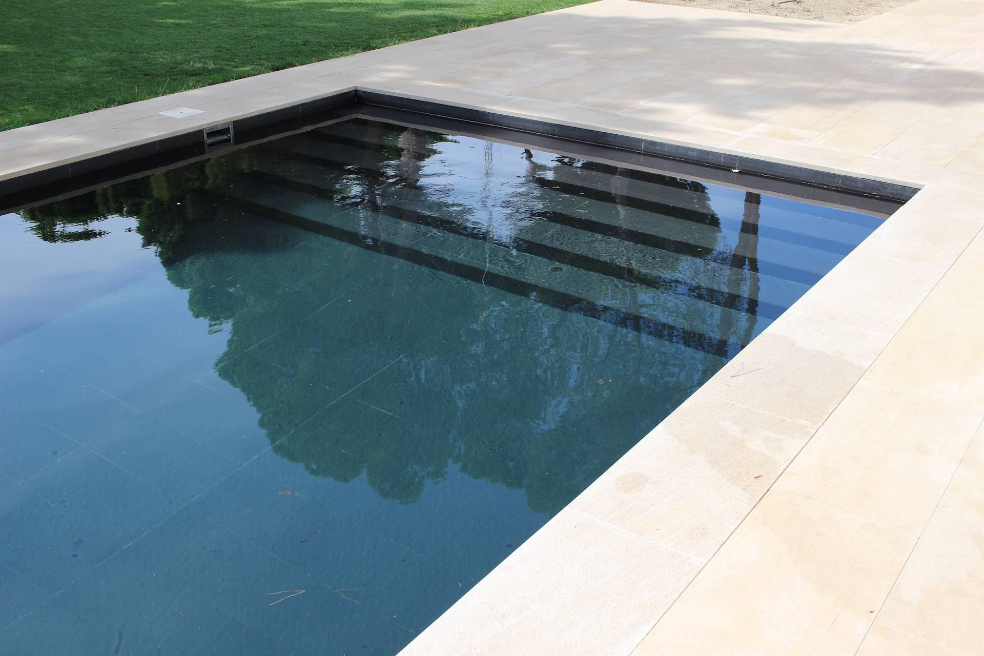 Revestimiento de piscina en porcelánico negro de Rosa Gres