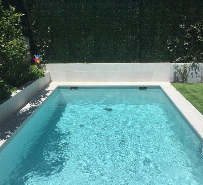Revestimiento de piscina en porcelánico Serena bianco de Rosa Gres y clorador salino innowater