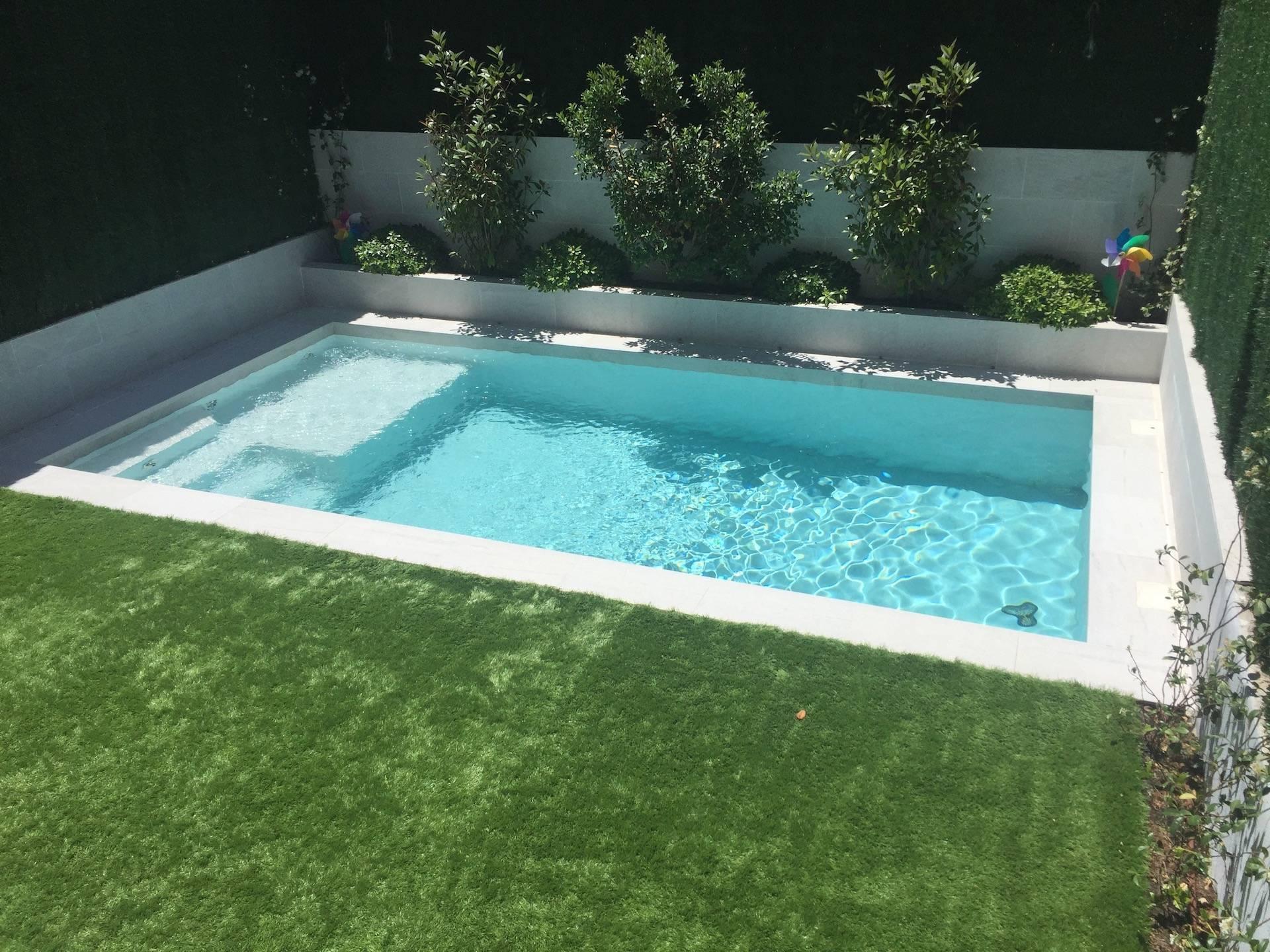 Jardín con piscina porcelánica de Rosa Gres y jardinera