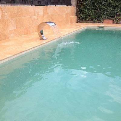 Cascada inoxidable en piscina