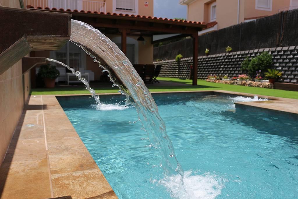 Cascadas de obra construidas en piscina privada