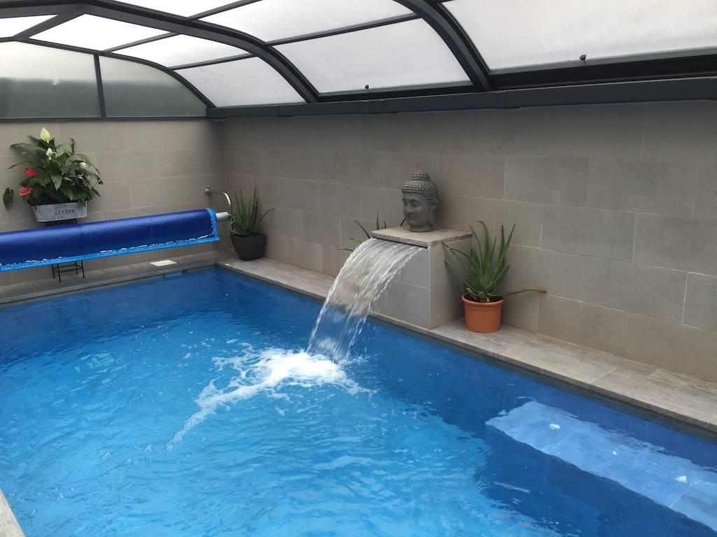 Piscina pequeña climatizada con cubierta elevada