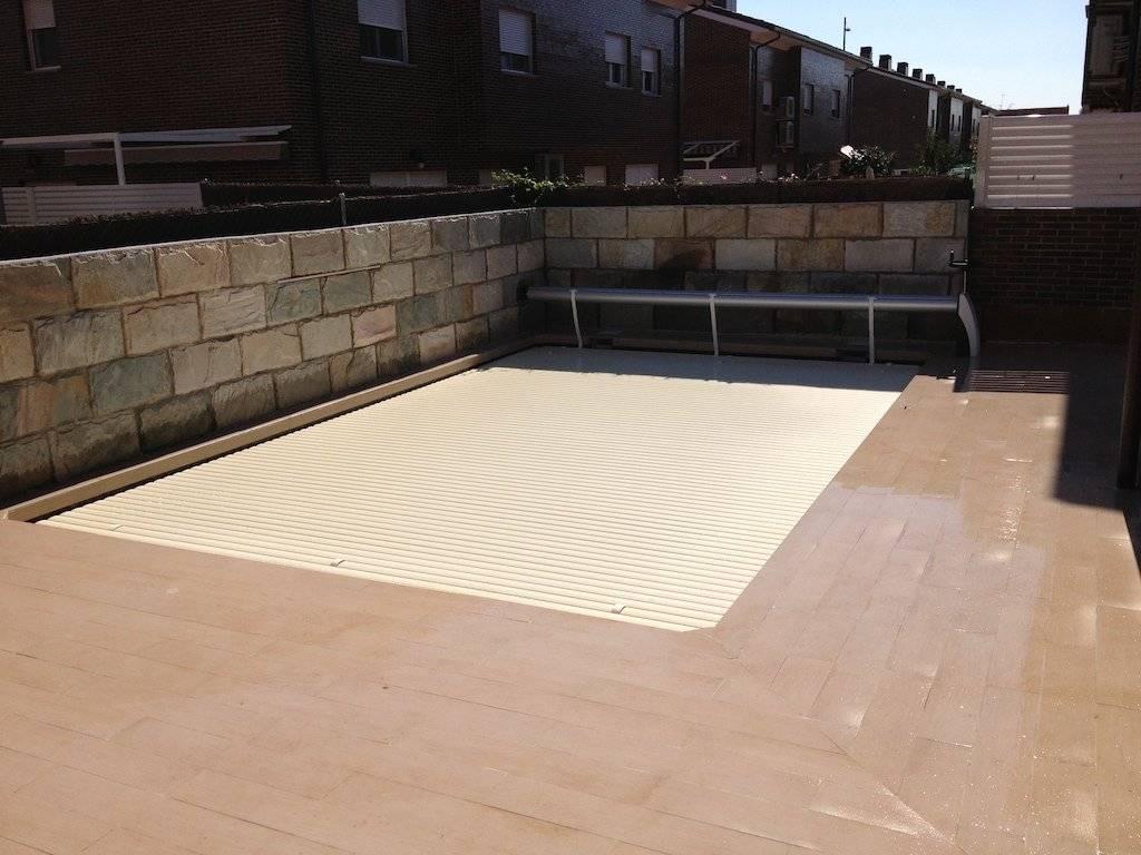 Persiana y enrollador elevado manual instalado en piscina de skimmers