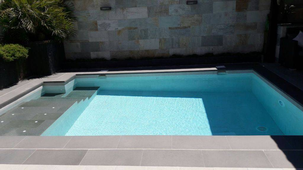 Construcción de piscina con spa en la escalera