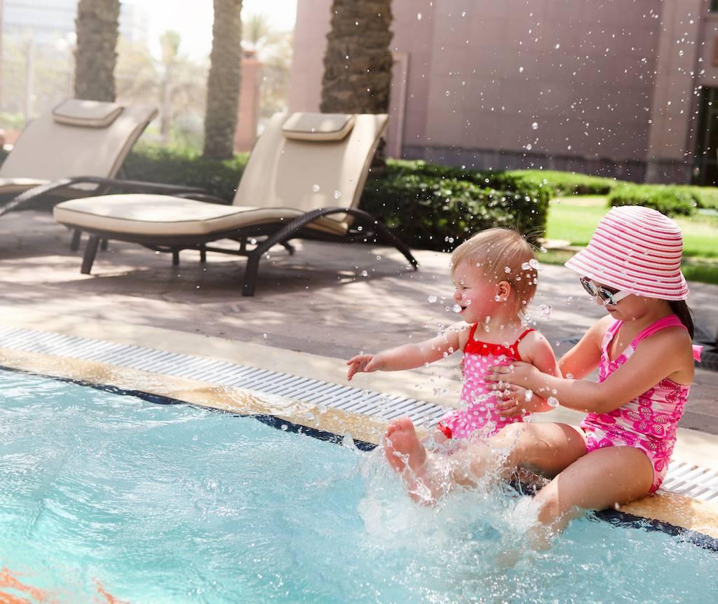 Modelos de piscinas de diseño para familias con niños