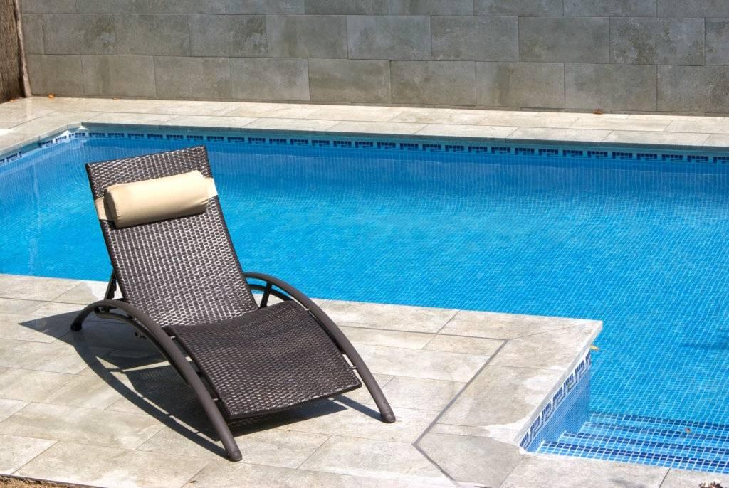 Butacas y accesorios exteriores para piscinas modernas