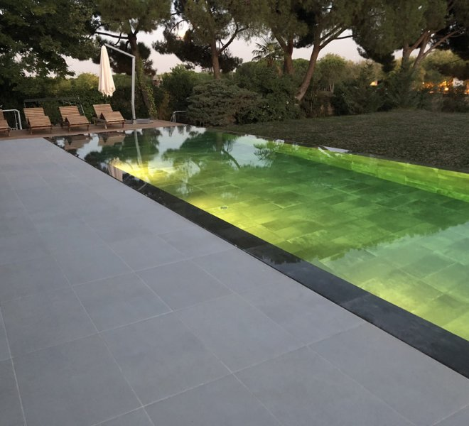 Piscina infinita con luces interiores led