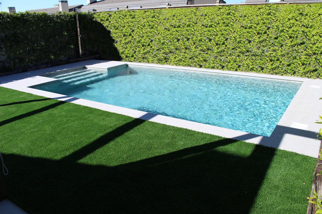 Color del agua de piscina porcelanica con gres gris