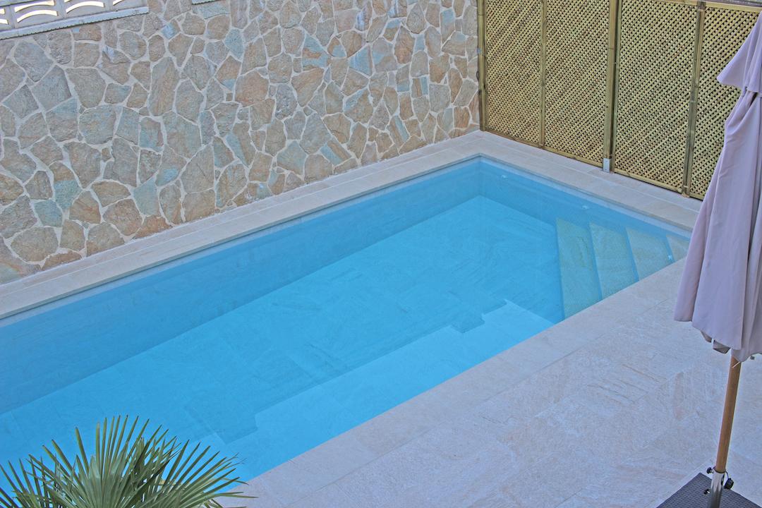 Escalera en esquina de piscina