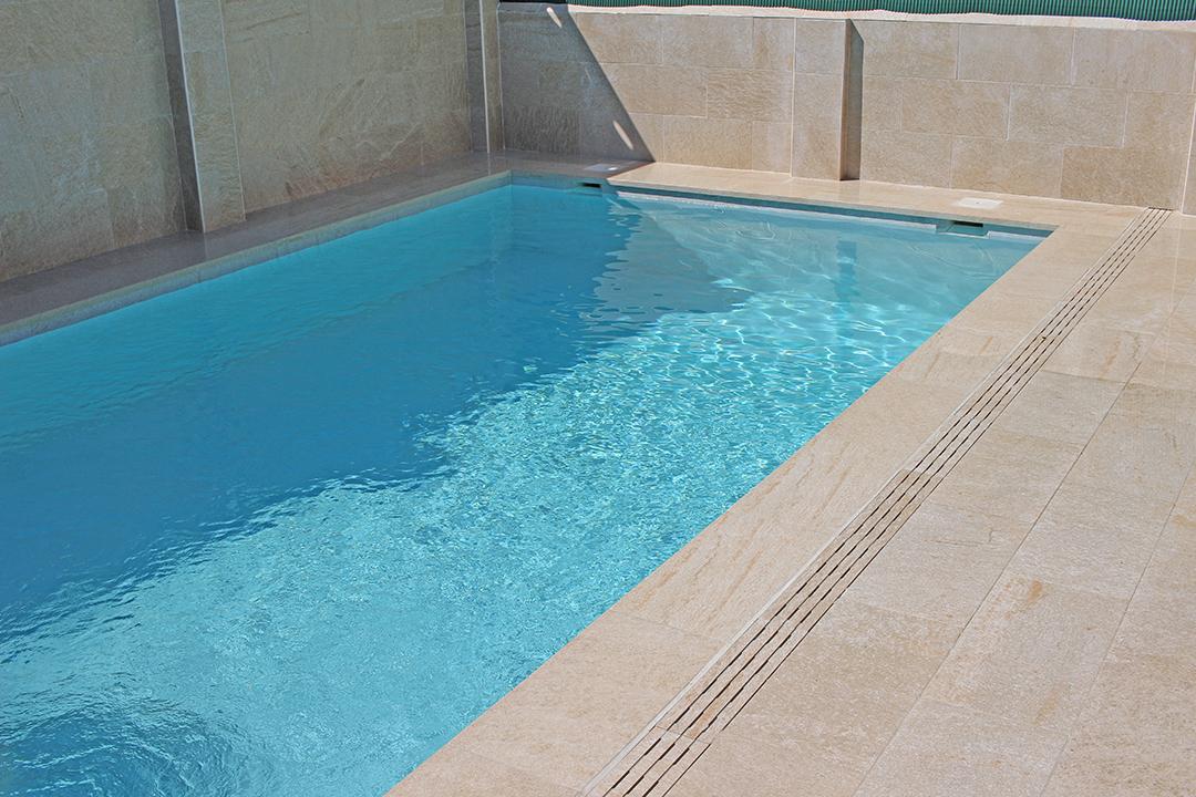 Construcción de piscina de skimmer, con solado de playa y alicatado de paredes.