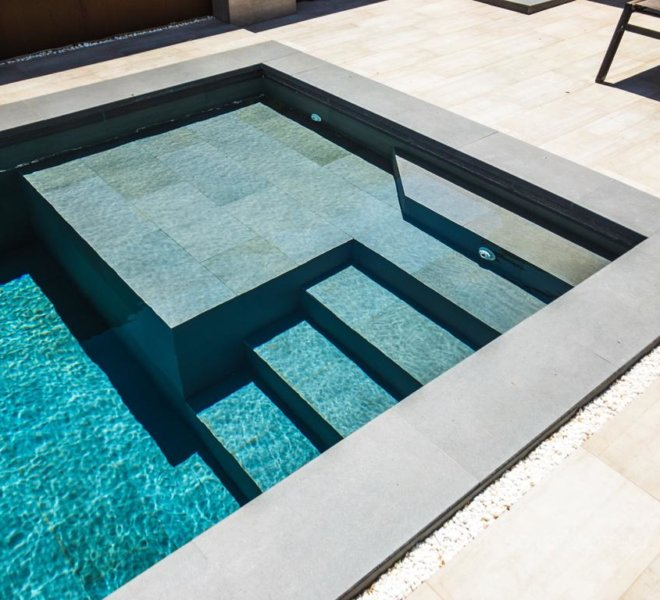 Cosntrucción de escalera de obra en piscina