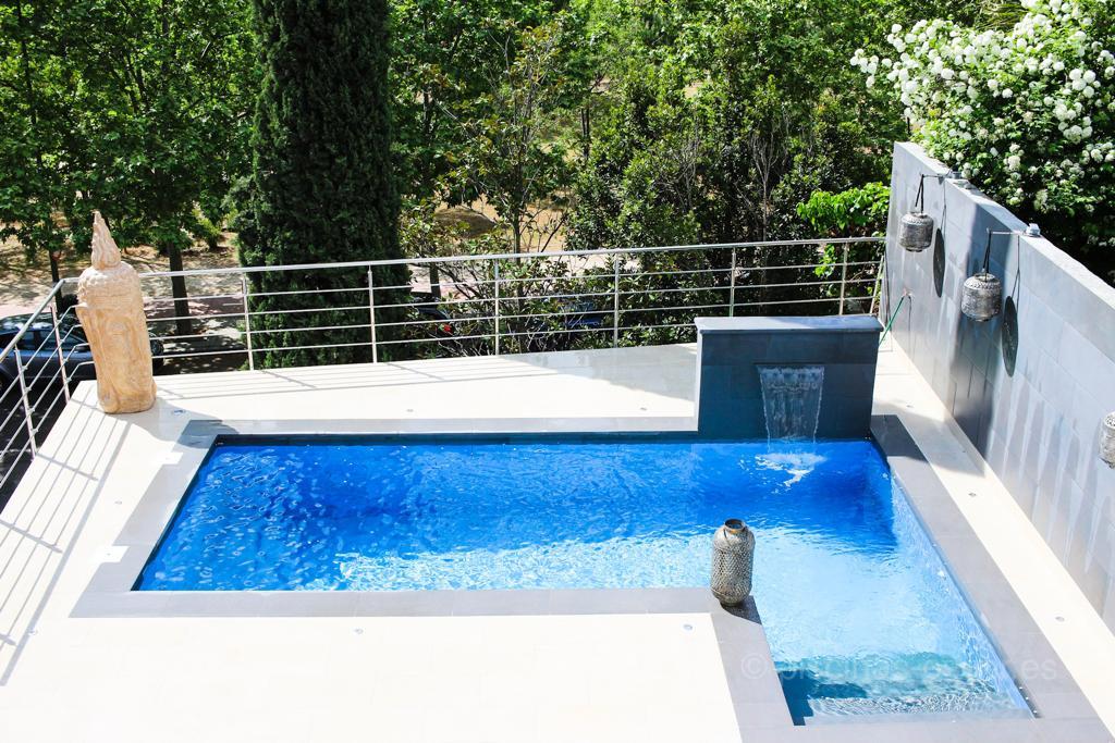 Cascada que oculta la caseta de la depuradora de la piscina