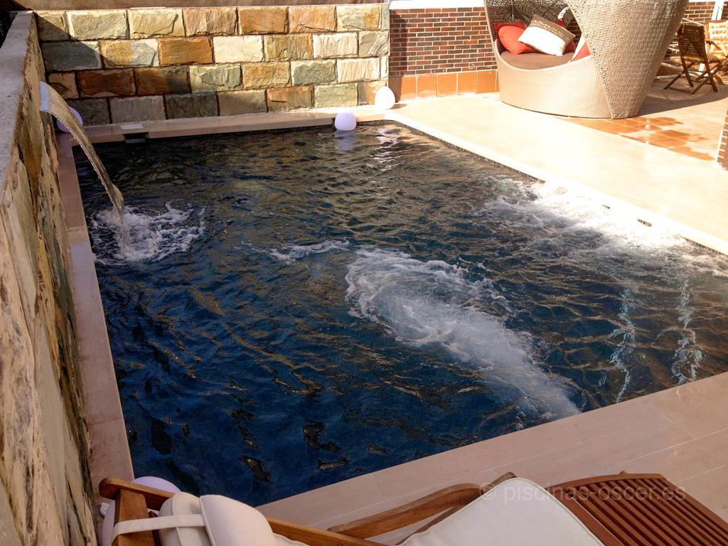 En el muro de la piscina se instala una cascada decorativa y relax