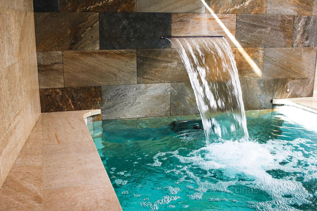 Cascada oculta en el muro de la piscina