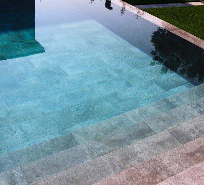 Escalera de obra en ancho de piscina porcelánica